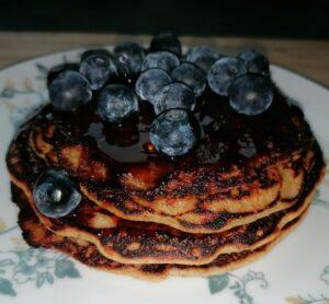 Vegan pancakes met appelstroop en blauwe bessen