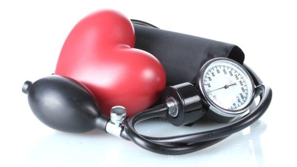 Zwarte bloeddrukmeter en rood hart