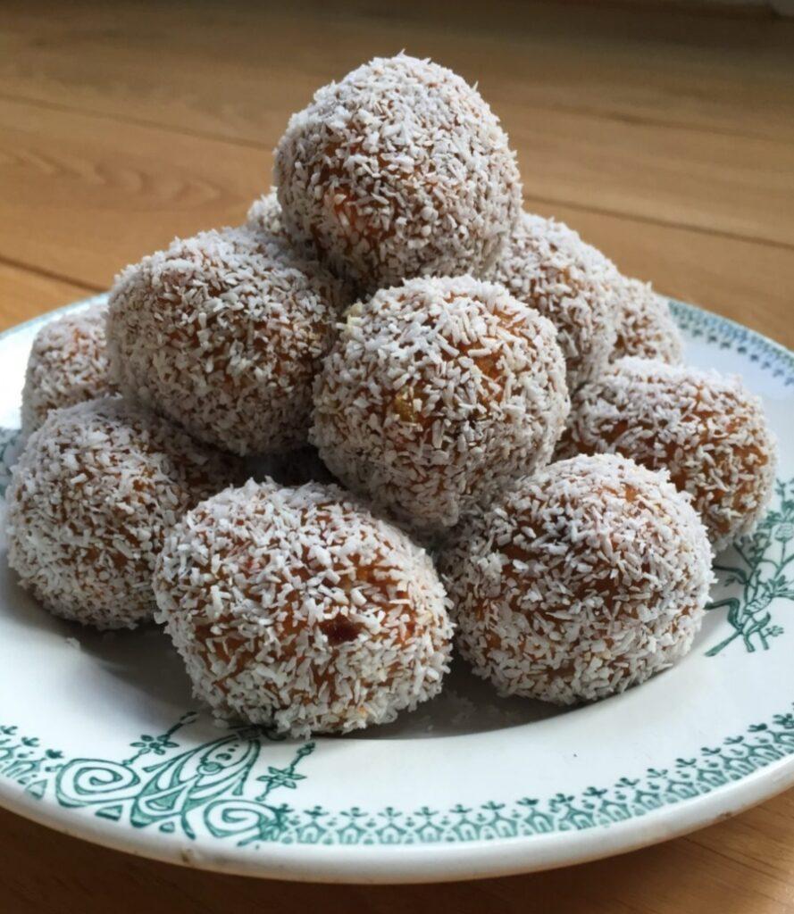 Zoete noten balletjes met kokos op een schoteltje